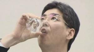 Politiker trinkt Fukushima Wasser